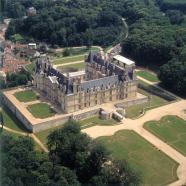Vue aérienne du Château d'Ecouen : le château abrite les collections du Musée national de la Renaissance.